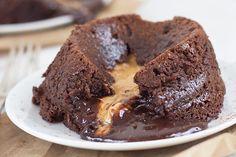 Συνταγή για υπέροχο σουφλέ σοκολάτας με γέμιση από φιστικοβούτυρο!