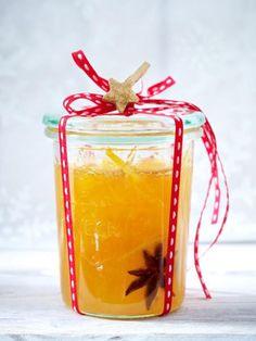 <p><b>Weihnachtliche Marmeladen selbermachen</b></p><p><i>Orangen-Marmelade für ca. 7 Gläser</i></p><p>Schale von 4 unbehandelten Orangen mit dem Zestenreißer dünn abschälen. Orangen filetieren. Saft aus den Trennhäuten drücken.</p><p>Von 6 – 8 Orangen Sa