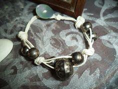 Bracciale di spago, perle anticate e madreperla, by Le signore della cascina…