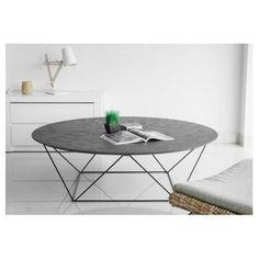 Cette table basse COPA est parfaite pour rehausser le style de décoration de votre salon. Avec un empiétement en métal et un plateau circulaire en revêtement minéral, cette table basse donnera à votre pièce une touche précieuse d'originalité. Elle trouvera facilement sa place au milieu de votre salon. Matière : métal, revêtement minéralCouleur : noirDimensions : H 40 x L 130 x l 130 cmPlateau en imitation béton ciréPoids : 21,9 kg