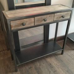Voici un meuble d'entrée à tiroir en métal brut et bois très esprit Loft ! Made in France et de grande qualité, cette console métal et bois