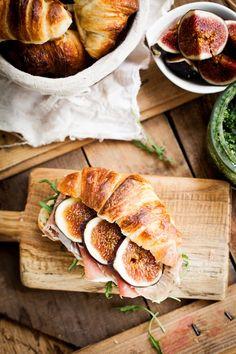 sandwich with pesto, rucola, figs and prosciutto