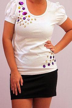 Camiseta branca com manga franzida bordada com pedrarias | Sandra Menendez