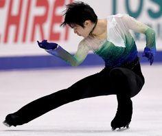 Japan's Yuzuru Hanyu perfoms during men's singles free skating at the Grand Prix of Figure Skating 2016/2017 NHK Trophy in Sapporo on November 26, 2016. / AFP / TOSHIFUMI KITAMURA