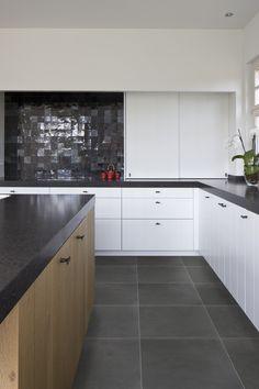 Blum voorraadkast keuken met handige indeling legrabox moderne apothekerskast keukens - Moderne keuken deco keuken ...