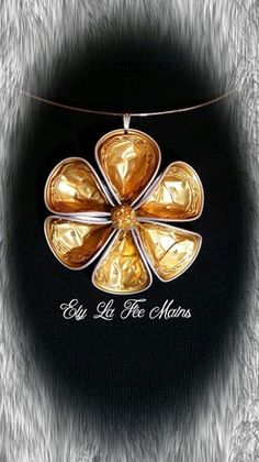 Collier ras de cou. Bijou fleur en matériaux recyclé : capsules Nespresso. Collier, fleur dorée composée de 7 capsules. Les capsules on été minutieusement nettoyées et n - 16142438