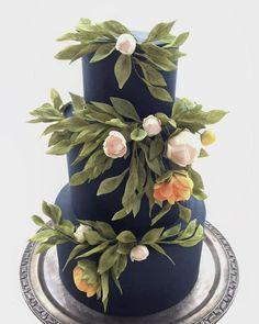 navy blue wedding cake idea / http://www.himisspuff.com/200-most-beautiful-wedding-cakes-for-your-wedding/10/