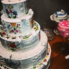 Festa húngara bolo pintado a mão #bolocasamento  #finaflornovafriburgo #docesfinos #docesdecorados