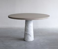 This top is made of end grain or of A-quality oak wood with a minimum of knots. The base is available in 2 versions: white Carrara marble or black Belgium..