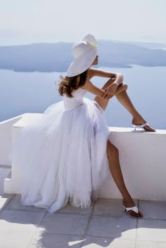 Meghan Douglas photographed for Vogue by Mario Testino for the January 1993 issue Mario Testino, Belle Silhouette, Mini Robes, Vogue Uk, Glamour, Shades Of White, Trends 2018, Look Chic, Looks Cool
