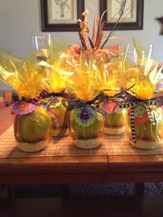 Apples with caramel dip...great gift idea for teachers around Halloween!
