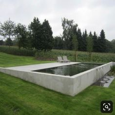 Retained wall pool im garten am hang Hillside pool cement exposed above partial ground pool Modern Landscape Design, Modern Landscaping, Backyard Landscaping, Modern Pergola, Diy Pergola, Modern Design, Clean Design, Outdoor Pool, Outdoor Gardens