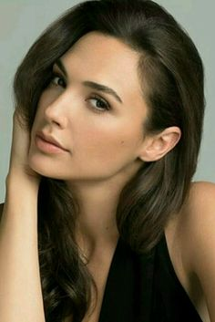 Gal Gadot - polished no-makeup makeup! She always looks gorgeous! Beautiful Celebrities, Beautiful Actresses, Gorgeous Women, Beautiful Eyes, Beautiful People, Gal Gardot, Gal Gadot Wonder Woman, Natalie Portman, Woman Crush