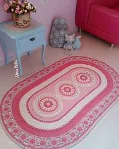Lindo tapete modelo estrangeiro, para decorar quartos com requinte e elegancia  Pode ser feito nas cores de sua decoração!  As medias são 1,64 X 0,97 cm somente feito nessas medidas.