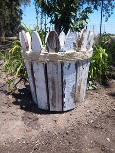 DIY Picket Fence Planter It's true. Almost anything can be used to make a creative planter for the garden. All it takes is a few, simple, every day objects that you have lying around the house and your imagination … Picket Fence Crafts, Diy Fence, Backyard Fences, Fence Ideas, Picket Fences, Fence Board Crafts, Fence Boards, Picket Signs, Farm Landscaping