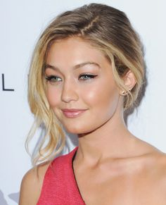 Gigi Hadid looking gorgeous in pink tones and pretty makeup