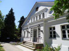 Das Rosencafé in Putbus ... von Lauterbach aus bei einem schönen Spaziergang zu erreichen ... Mansions, House Styles, Home Decor, Island, Decoration Home, Manor Houses, Room Decor, Villas, Mansion