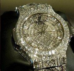 O relógio de pulso mais caro do mundo Fo apresentado pela suíça marca Hublot, tem mais de 140 quilates é feito com ouro branco e possui 1.282 diamantes, podendo ser comprado por 5 milhões de dóla