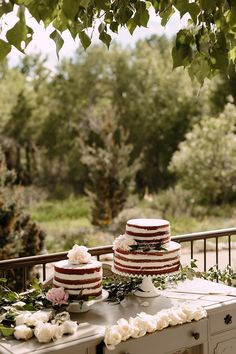 Such a pretty cake table for a fall wedding.