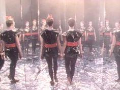 A Flock Of Seagulls - I Ran (So far away) del álbum debut con el mismo nombre de la banda lanzado en 1982. Fue uno de sus sencillos su más exitosos, alcanzando el nº 9 en la lista musical de los EE.UU  y el nº 1 en Australia. Esta canción marcó el lanzamiento al estrellato internacional de dicha agrupación que vino de la mano con su video promocional trasmitido por la cadena de televisión musical norteamericana MTV.