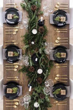 christmas pictures Modern + classic Christmas tablescape with gold flatware, branches + pinecones Christmas Table Centerpieces, Christmas Table Settings, Christmas Tablescapes, Centerpiece Ideas, Holiday Decorations, Christmas Dining Table, Holiday Tablescape, Scandinavian Christmas Decorations, Modern Christmas Decor