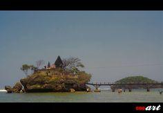 Pantai Balekambang berada di selatan Malang. Pantai ini memiliki daya tarik utama berupa sebuah pulau yang terhubung dengan jembatan kecil yang ada sebuah pura diatasnya. Datang dan kunjungi Pantai Balekambang saat anda berada di Malang, Jawa Timur.