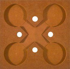 Die orangen Grundplatten verbessern die Standfestigkeit der aufgebauten Kugelbahnen. Sie sammeln auch die ankommenden Kugeln.