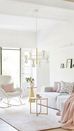 Erdbeere, Minze, Salbei – was diese Leckereien gemeinsam haben? Sie sorgen jetzt als Farb-Highlights für einen femininen Look im Wohnzimmer! Wir zeigen, wie Ihr das Styling ruckzuck umsetzt: Es braucht dazu nämlich nicht mehr als Kissen in verschiedensten Pastell-Nuancen und Mustern, die das klassisch hellgraue Sofa updaten und ihm einen zarten Dreh verpassen und einzelne Akzente, wie Vasen, Plaids und Schälchen, die das softe Styling unterstreichen. // #westwing #mywestwingstyle #scandi… Home Room Design, Living Room Designs, Living Room Decor, House Design, Home Design Images, Bedroom Balcony, Modular Sofa, Cozy Living, Furniture Inspiration
