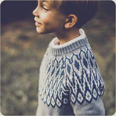 Warmer und treuer Begleiter für alle Gelegenheiten! Leichter Pullover aus 100% weicher Baumwolle dunkelgrau mit dunkelblau und weissem Muster.