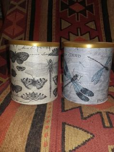 Latas recicladas decoupage Decoupage, Planter Pots, Mugs, Tableware, Diy, Craft Ideas, Vintage, Color, Altered Tins