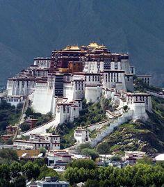 Potala Palace, Tibet Worth the trip and up 14,000 above sea level. Conoce más sobre impresionantes fortalezas en el blog de www.solerplanet.com