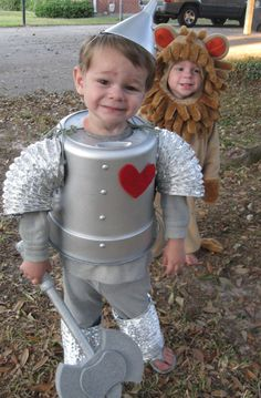 Wizard of Oz Tin Man Costume for Halloween! Wizard of Oz Tin Man Costume for Halloween! Diy Tin Man Costume, Tin Man Costumes, Halloween Costumes To Make, Family Costumes, Halloween Kostüm, Costume Ideas, The Wizard Of Oz Costumes, Toddler Halloween, Costumes Faciles