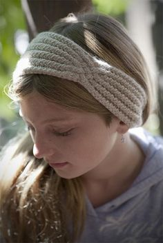 Stirnband Headband with a Twist Knitting pattern by Margaret Holzmann Double Knitting, Loom Knitting, Knitting Stitches, Knitting Patterns, Crocheting Patterns, Knit Headband Pattern, Knitted Headband, Knitted Hats, Crochet Headbands
