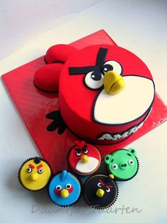 angry birds cake and cupcakes. My nephew would totally love these! Torta Angry Birds, Cumpleaños Angry Birds, Angry Birds Birthday Cake, Bird Birthday Parties, Angry Birds Cupcakes, Birthday Cakes, Bird Cakes, Cupcake Cakes, Piggy Cupcakes