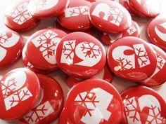 adventskalender buttons rot wei iv zahlen1 24 hier gibt es die accessoires f r euren. Black Bedroom Furniture Sets. Home Design Ideas