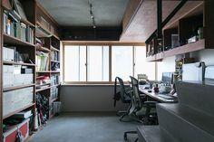 デザイン関係の仕事をしている二人。仕事柄必要な、大判サイズの資料は天井近くに専用の収納スペースを作った。 Home Office, Office Desk, Interior Architecture, Interior Design, Japanese Interior, Desk Storage, Full House, Home Bedroom, Offices