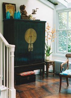 シノワスリーなキャビネット+青のガラス瓶やオレンジの蘭の色組み合わせが美しい。飴色になった木製の床の年を重ねた雰囲気とマッチしている!