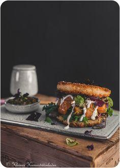Onigiriburger mit Lachspoke und Kombupesto
