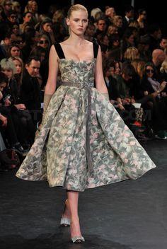 ภาพจาก http://stylerumor.com/wp-content/uploads/2010/03/louis-vuitton-fall-winter-2010-collection-1.jpg