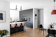 〚 Black and white apartment with warm accents in Tel Aviv (110 sqm) 〛 ◾ Photos ◾ Ideas ◾ Design #black #white #kitchen #modern #interior #design #homedecor #home #decor #interiordesign #idea #inspiration #cozy #living #space #style