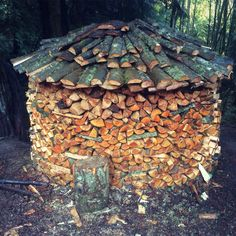 Holzhaufen rundstabel Firewood Rack, Firewood Storage, Wood Burner, Pallet Projects, Outdoor Storage, Beautiful, Sheds, Outdoor Ideas, Building