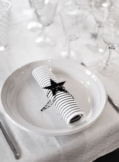 Simple Christmas table settings with a touch of black Black Christmas, Noel Christmas, Modern Christmas, Scandinavian Christmas, Simple Christmas, Winter Christmas, Christmas Ideas, Christmas Presents, White Table Settings