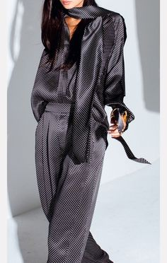 easy way to have an haute look: top & trousers/skirt in the same luxe fabric w/ or w/o a jacket. matching scarf a possibility though contrast would be even better. (Juan Carlos Obando)