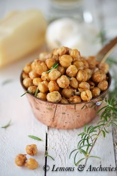 Now this looks like a scrumptious healthy snack! Rosemary Parmesan Roasted Chickpeas-- Great pre or post exercise snack! Appetizer Recipes, Snack Recipes, Cooking Recipes, Cooking Tips, Appetizers, Aperitivos Finger Food, Healthy Snacks, Healthy Eating, Vegetarian Recipes