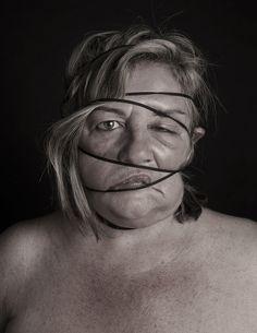 """Nach der """"Blow J0b""""-Fotoserie der nächste Beweis, wie einfach durchschnittlich Attraktive Menschen zu verunstalten sind: """"Dismorfobina"""" ist eine Foto-Projekt von der aus Barcelona kommenden Künstlerin Natalia Pereira, für welches sie unterschiedlichen Models die Gesichter mit Gummibändern verunstaltet, die über den ganzen Kopf gestriffen werden. Im Handumdrehen entstehen so die herrlichsten Deformationen, teilweise sieht es so aus, als fehle dem ein... Weiterlesen"""