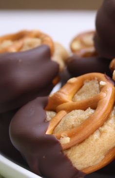 These Peanut Butter Pretzel Bites are simple and taste delicious. Its like having a candy shop in your kitchen. #snackgasm #foodporn #reciperadar http://livedan330.com/2014/10/10/peanut-butter-pretzel-bites/