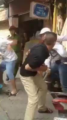 1 anh hot boy bị quây bởi 3 cô gái, chị kia bị phản đòn ngồi ngay xô nước :( Đánh như phim...cảnh quay tại Trương Định