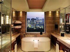 (124) - Futuro 8 - En elPeninsula Hotel in Tokyo, una simple pantalla táctil al lado de la cama controla todo: desde las cortinas y las luces hasta los sistemas de audio y video y la temperatura de la habitación.  También hay tablets (configurados en cinco idiomas) y secadores de esmalte para uñas en los baños. En la suite Peninsula hay una TV de 85 pulgadas, un amplificador Denon y un subwoofer.
