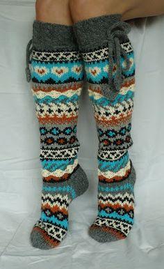 """""""Aikamoiset kyykäärmeet"""", sanoi mieheni nämä valmiina nähdessään. Eikä mitenkään positiivisessä mielessä ;-D. Olkoon sitten nimeltää... Knitting Stitches, Knitting Socks, Knitting Patterns, Crochet Socks, Knit Crochet, Cute Socks, Wool Socks, Fair Isle Knitting, Irish Lace"""