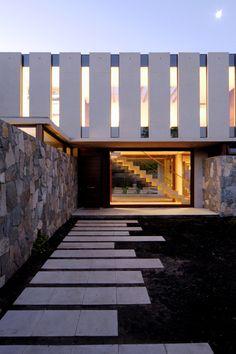 Esta casa se encuentra situada en Chile, exactamente en el Santuario del Valle de Santiago de Chile, es un diseño contemporáneo de los arquitectos Andrés Mas y J. Cristóbal Fernández. El proyecto de esta vivienda unifamiliar data del año 2006 y se construyó en el año 2007, en un terreno de 900 m2 de superficie, …